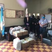 APIB entrega donativo de mascarillas y banano a PNC de Escuintla.